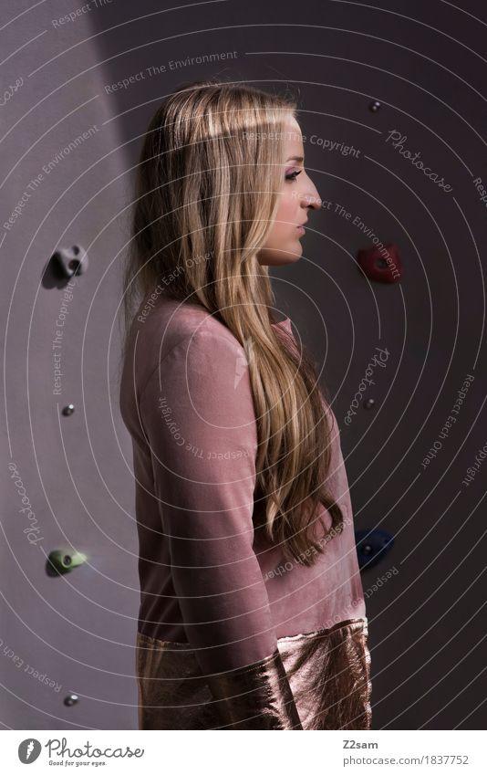 schön Lifestyle Reichtum elegant Stil Junge Frau Jugendliche 18-30 Jahre Erwachsene Mode Mantel blond langhaarig stehen träumen trendy modern feminin rosa