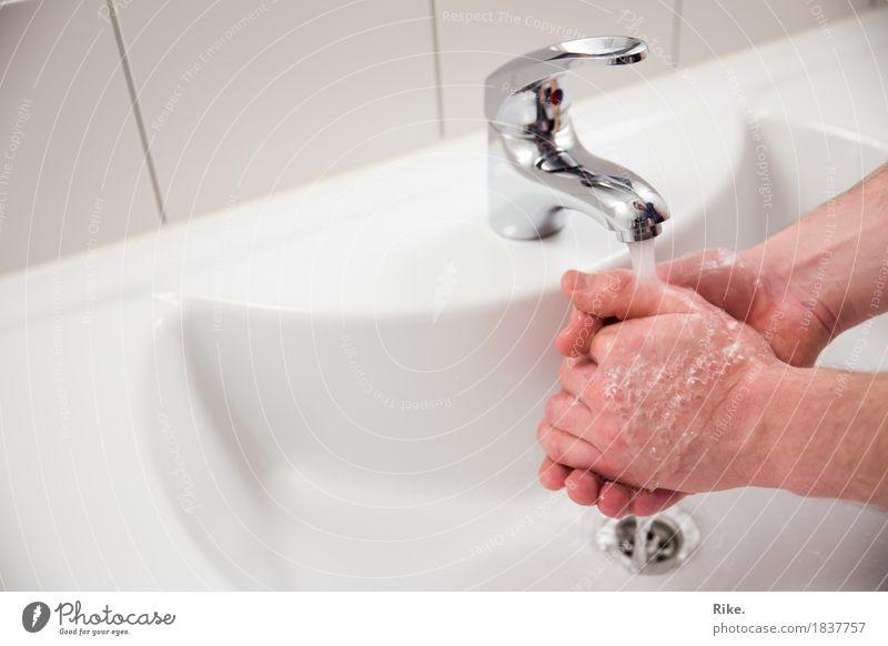 Erkältungszeit ist Händewaschzeit. Gesundheit Krankheit Mensch maskulin Hand Sauberkeit Reinlichkeit Reinheit Waschen Körperpflege Wasser Bad Wasserhahn