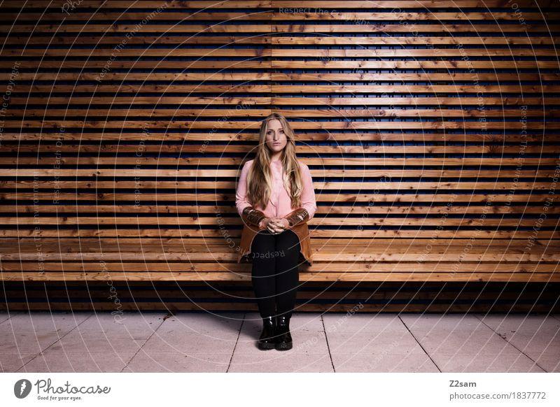 Scho schee! Lifestyle elegant Stil schön Junge Frau Jugendliche 18-30 Jahre Erwachsene Stadt Architektur Mode Mantel Stiefel blond langhaarig sitzen trendy