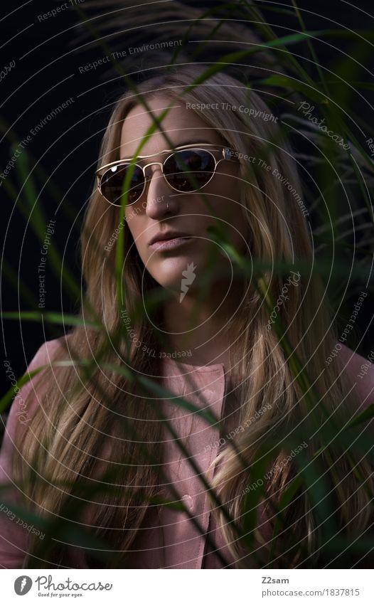 schön Lifestyle elegant Stil feminin Junge Frau Jugendliche 13-18 Jahre Natur Gras Mode Jacke Sonnenbrille blond langhaarig dunkel trendy selbstbewußt Coolness