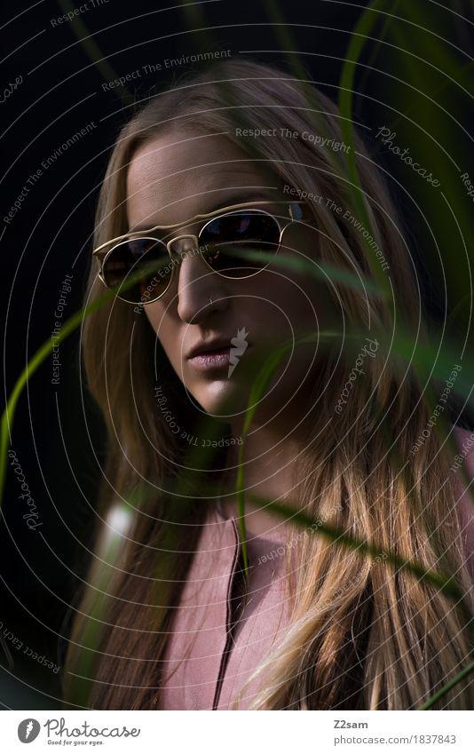 scho schee Lifestyle elegant Stil schön feminin Junge Frau Jugendliche 18-30 Jahre Erwachsene Natur Gras Mode Sonnenbrille blond langhaarig dunkel trendy stark