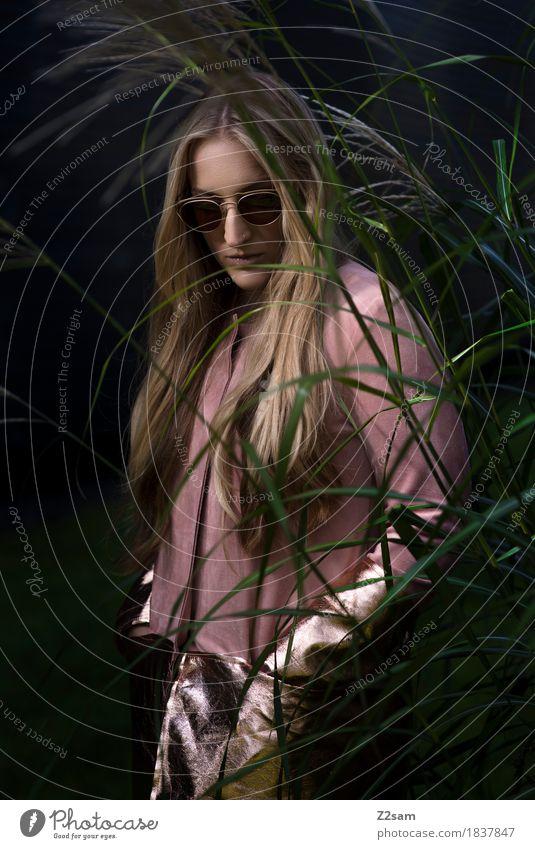 in the jungle Lifestyle elegant Stil schön Junge Frau Jugendliche 18-30 Jahre Erwachsene Sträucher Mode Mantel Sonnenbrille blond langhaarig trendy modern