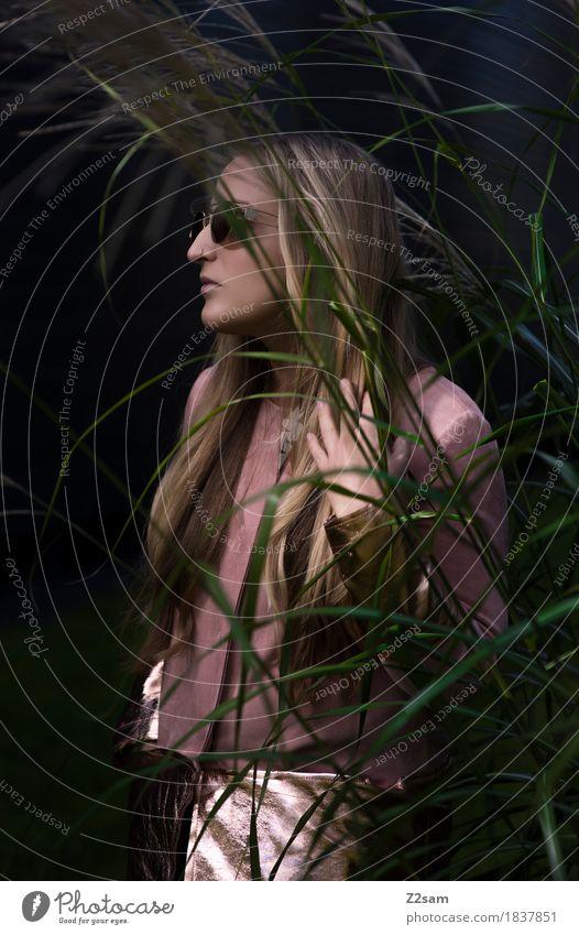 Diva Jugendliche Pflanze schön Junge Frau dunkel Erwachsene Lifestyle feminin Stil Mode rosa gold elegant modern blond Kraft