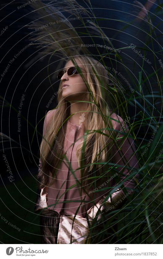 welcome to the jungle Lifestyle elegant Stil schön Junge Frau Jugendliche 18-30 Jahre Erwachsene Natur Sträucher Schilfrohr Mode Jacke Sonnenbrille blond