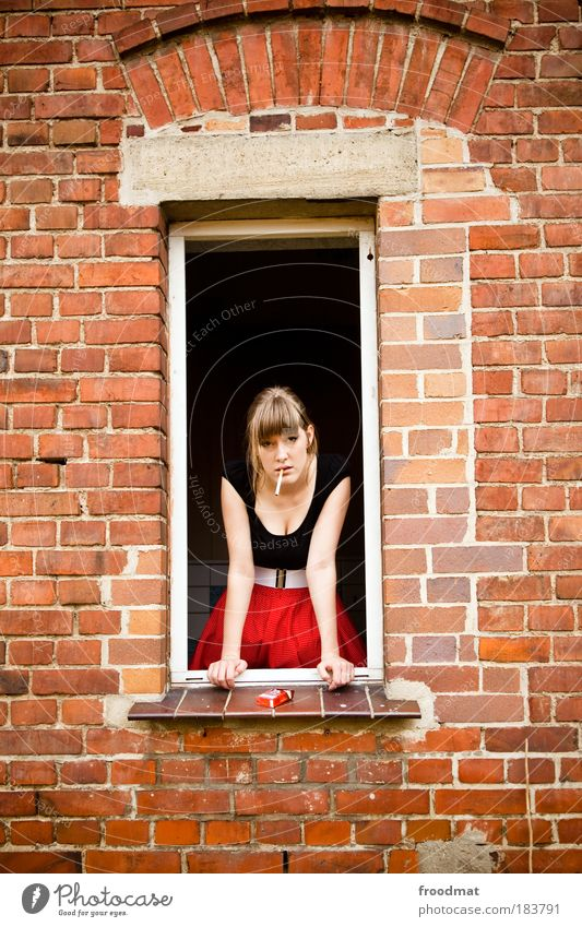 knack und back Farbfoto mehrfarbig Außenaufnahme Tag Oberkörper Vorderansicht Blick in die Kamera Mensch feminin Junge Frau Jugendliche Erwachsene Rock brünett