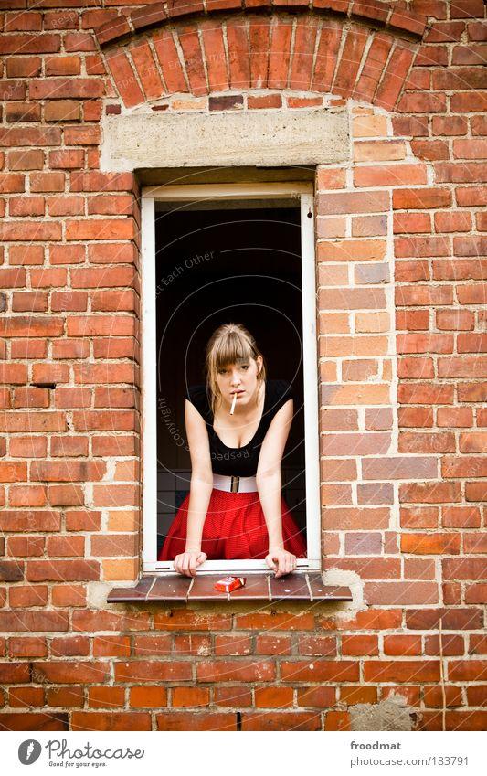 knack und back Frau Mensch Jugendliche schön Erwachsene feminin Fenster blond Coolness Vergänglichkeit Rauchen beobachten Vergangenheit Rock Verfall brünett