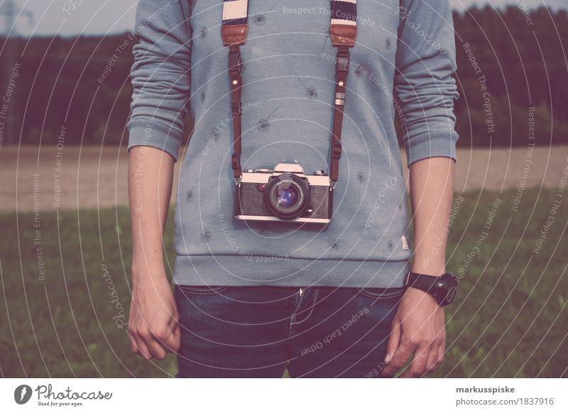 junge frau mit analog foto kamera Stil Design Medien trendy retro 35mm Camera aperture black chrome classic creative film focus individuality lens manual metal