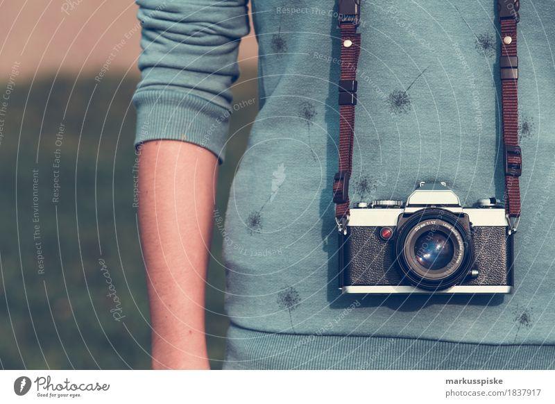 junge frau mit analog foto kamera Stil Design Medien trendy retro 35mm Camera aperture body chrome classic creative film focus lens manual metal neourban