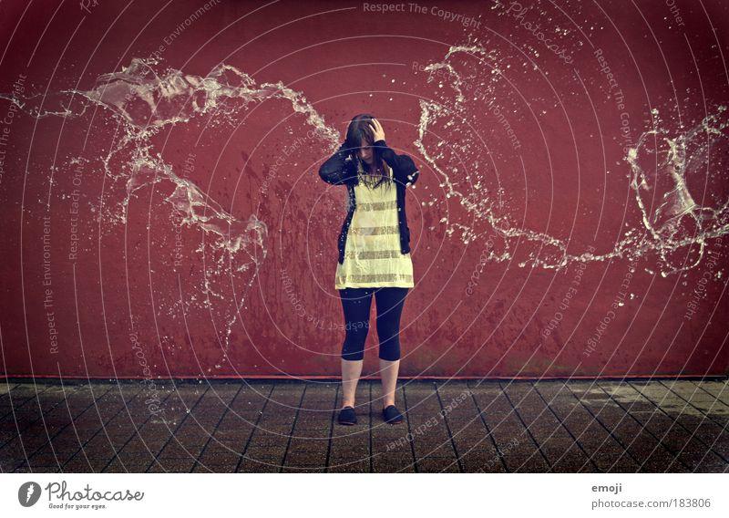 Angst vor Wasser Mensch Jugendliche rot gelb feminin Frau mehrfarbig Erwachsene Schutz Situation spritzen Junge Frau Ganzkörperaufnahme Wasserstrahl