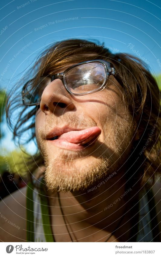 zungenbrecher Mensch Mann Jugendliche Freude Erwachsene Erholung lustig Gesicht maskulin Fröhlichkeit verrückt Porträt Coolness Brille einzigartig Junger Mann