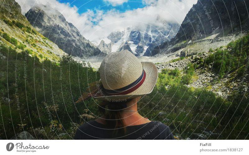 Kleines Mädchen umgeben mit hohen Bergen Mensch Himmel Natur Ferien & Urlaub & Reisen Jugendliche Sommer Junge Frau Sonne Landschaft Wolken 18-30 Jahre