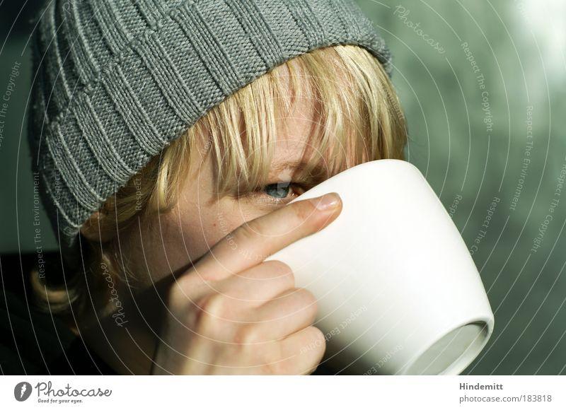 Über den Tassenrand schauen ... Mensch Jugendliche Hand grün ruhig Auge Wand grau Kopf Haare & Frisuren Mauer träumen blond Finger Kaffee trinken