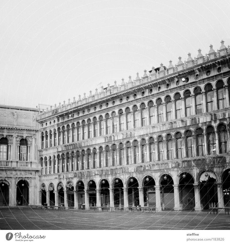 Piazza San Marco Schwarzweißfoto Außenaufnahme Menschenleer Textfreiraum oben Venedig Italien Stadtzentrum Altstadt Haus Bauwerk Fassade Säulenkapitell