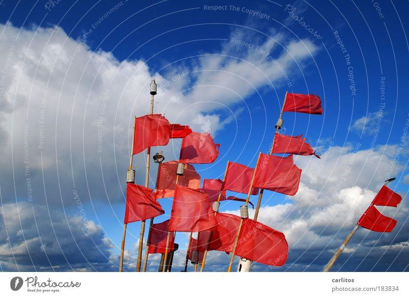 Oktoberdemo der Strandpartei Ferien & Urlaub & Reisen blau Farbe Meer rot Wolken Bewegung leuchten Schilder & Markierungen Wind Energie ästhetisch