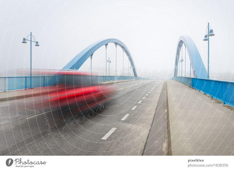 Brücke im Nebel Stadt blau rot Ferne Winter Straße kalt Architektur Herbst Bewegung Horizont Verkehr Wetter PKW modern