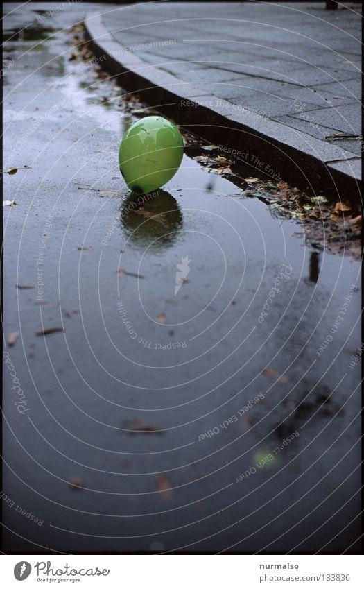 Einsam grün schwarz Einsamkeit Straße dunkel kalt Herbst Regen Kunst Umwelt fliegen verrückt Lifestyle Fröhlichkeit trist Luftballon