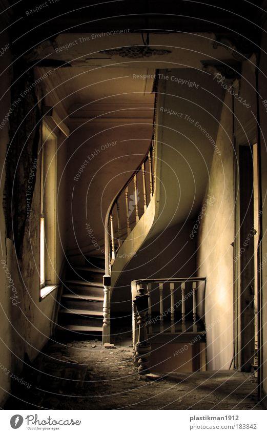 alte Treppe Farbfoto Innenaufnahme Haus Einfamilienhaus Holz Traurigkeit ruhig Altbau staubig verschlissen treppen
