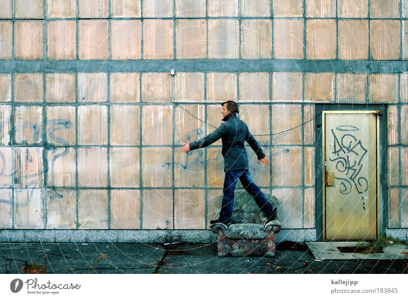 sesselläufer Farbfoto Gedeckte Farben Außenaufnahme Tag Totale Möbel Sofa Sessel Raum Wohnzimmer Mensch maskulin Mann Erwachsene Beine 1 Mauer Wand Treppe Tür