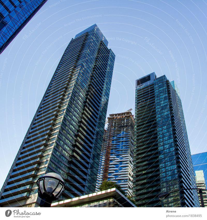 Symbole der Macht II blau Stadt Haus Fassade Häusliches Leben modern Glas Hochhaus ästhetisch hoch Beton Amerika Skyline Stadtzentrum eckig