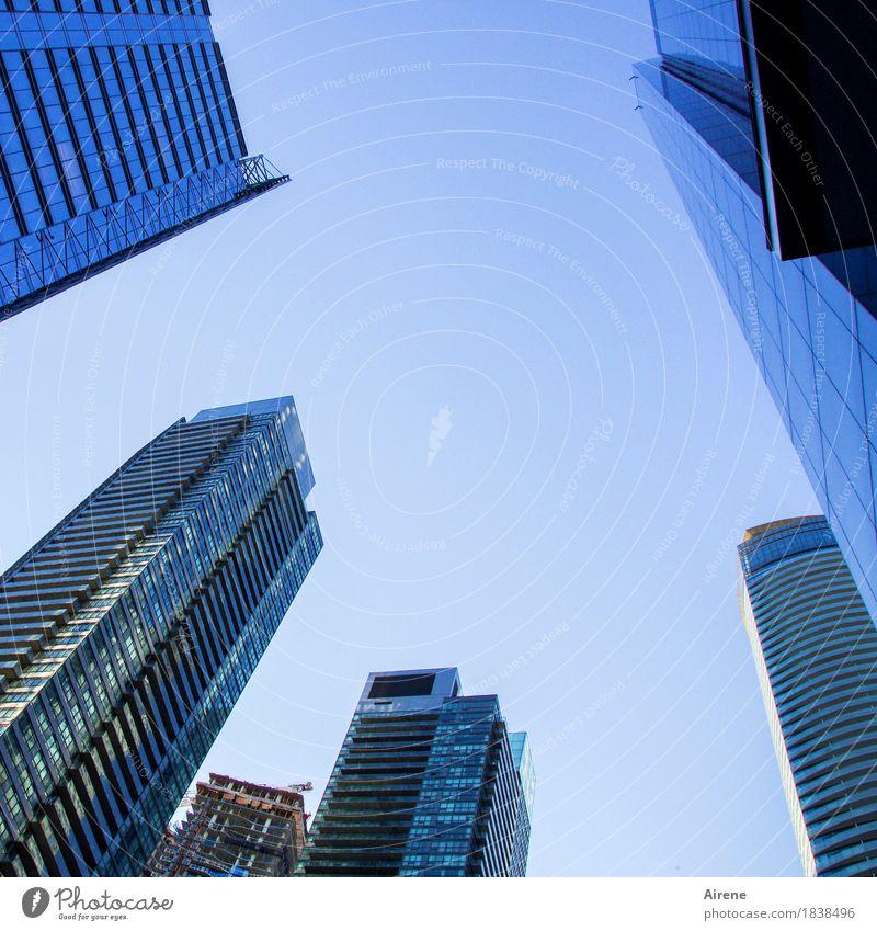 Symbole der Macht III Himmel Wolkenloser Himmel Schönes Wetter Stadt Stadtzentrum Skyline Hochhaus Fassade Beton Glas Metall Wachstum gigantisch hoch blau