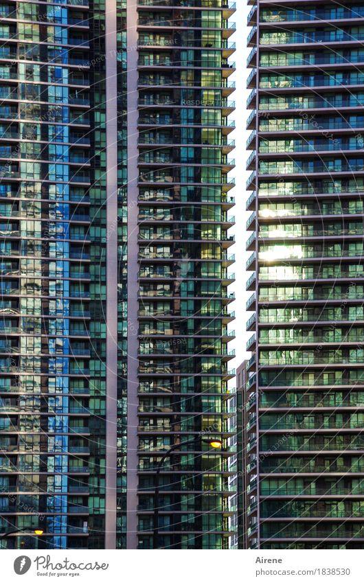 Monotonie | Ordnung muss sein! blau Stadt Einsamkeit Haus außergewöhnlich Fassade Linie Häusliches Leben glänzend modern Glas Hochhaus trist hoch Beton