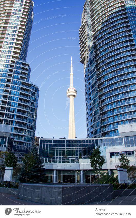 alles ist relativ Himmel blau Stadt weiß Architektur außergewöhnlich Linie Glas Hochhaus Technik & Technologie Telekommunikation hoch Spitze Beton Turm Macht