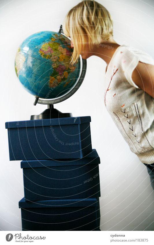 Wo bin ich? Frau Mensch Jugendliche Ferien & Urlaub & Reisen Ferne Leben träumen Erde Erwachsene Suche Perspektive Europa lernen Zukunft Tourismus Kommunizieren