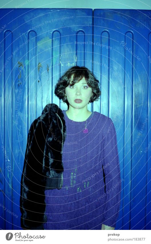 Blauer als blau Farbfoto Nacht Kunstlicht Blick in die Kamera Lifestyle Stil Design Freude feminin Junge Frau Jugendliche Erwachsene Mode Bekleidung Pullover
