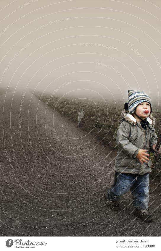 Krieger des Nebels Farbfoto Außenaufnahme Morgen Morgendämmerung Kontrast Ganzkörperaufnahme Blick nach vorn Wegsehen maskulin Kind Kleinkind Junge Kindheit