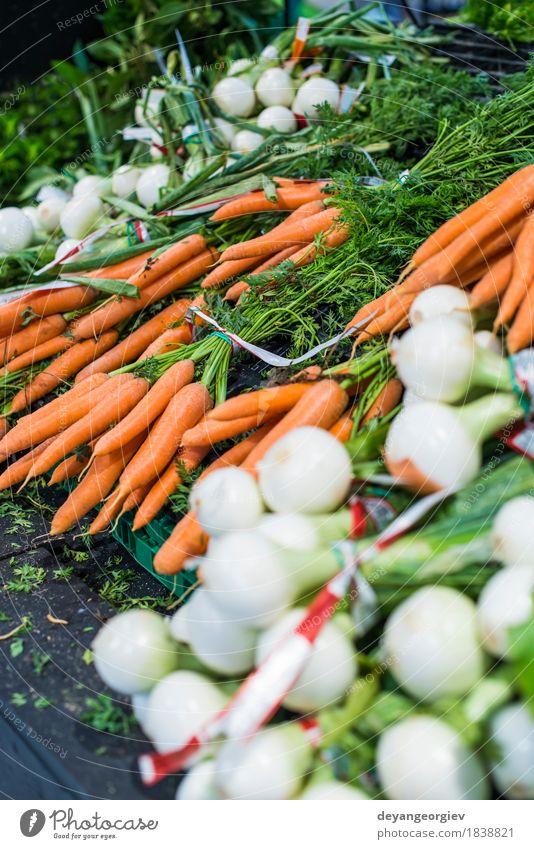 Karotten und Zwiebeln Gemüse Ernährung Vegetarische Ernährung Diät kaufen Menschengruppe stehen frisch natürlich grün weiß Lager Markt Möhre Lebensmittel