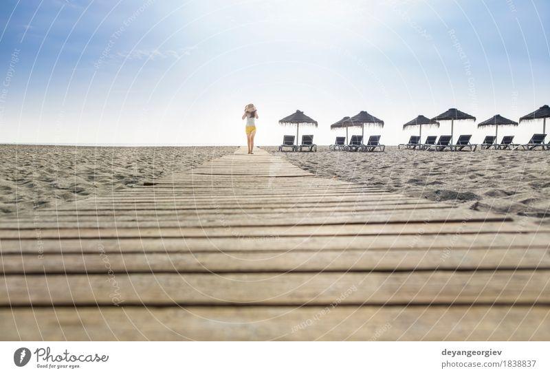 Frau mit Hut auf hölzerner Spur auf dem Strand Mensch Himmel Natur Ferien & Urlaub & Reisen blau Sommer schön weiß Sonne Meer Erotik Erholung Mädchen Erwachsene