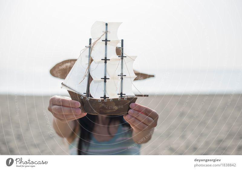 Frau mit Hut halten Bootsmodell Freude Glück schön Ferien & Urlaub & Reisen Tourismus Sommer Strand Meer Dekoration & Verzierung Mädchen Erwachsene Hand Natur