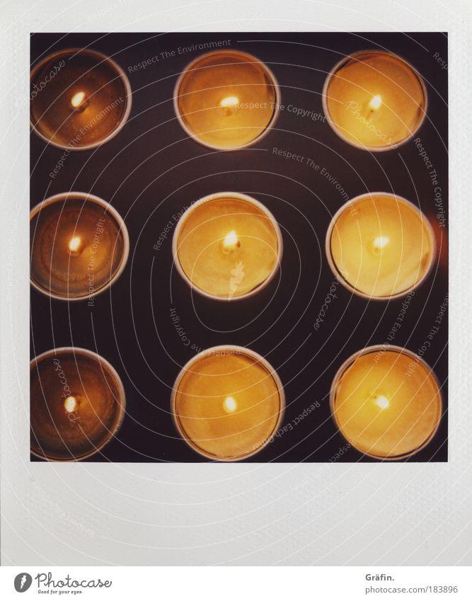 Quadratische Kerzen Nahaufnahme Detailaufnahme ruhig Duft Dekoration & Verzierung Holz Metall glänzend leuchten eckig heiß Kitsch braun gold Warmherzigkeit