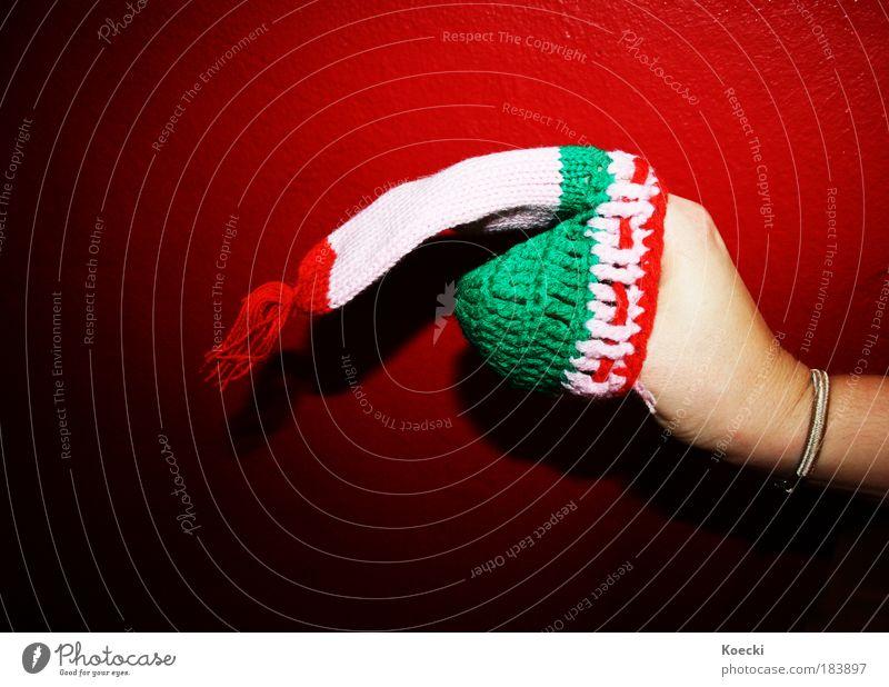 Wurstfinger. Farbfoto Innenaufnahme Nahaufnahme Hintergrund neutral Blitzlichtaufnahme Licht Schatten Kontrast Freude Handarbeit stricken Finger