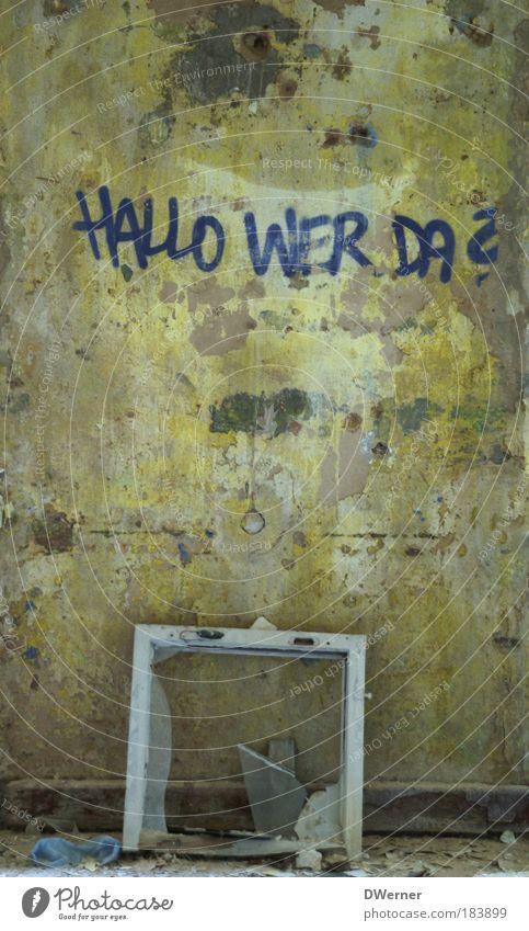 HALLO WER DA? alt dunkel Wand Fenster Gefühle Graffiti Stein Mauer Kunst dreckig Glas kaputt Schriftzeichen stehen Hoffnung Innenarchitektur