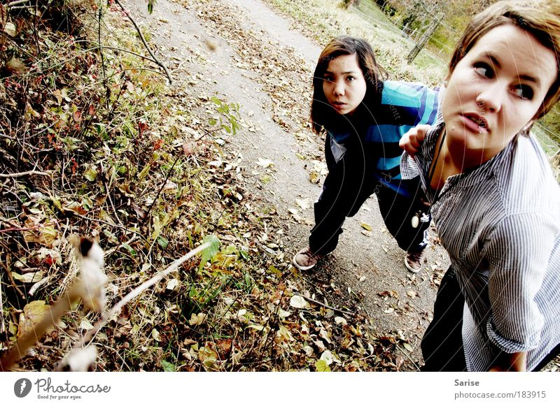 it's not me, it's you Farbfoto Außenaufnahme Tag Ganzkörperaufnahme Blick in die Kamera Wegsehen Mensch feminin Junge Frau Jugendliche Freundschaft 2