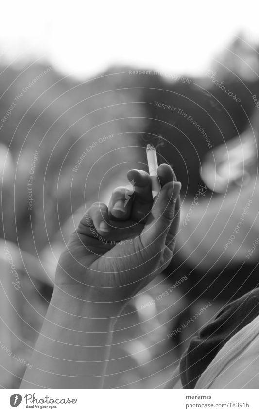 Schall & Rauch Mensch Jugendliche Hand Sommer Zufriedenheit Arme Finger Rauchen Junge Frau Gelassenheit