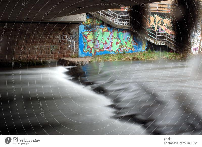 Floating Underground Farbfoto Außenaufnahme Tag Bewegungsunschärfe Wasser Flussufer Bach Brücke Bauwerk Wege & Pfade Zeichen Schriftzeichen Graffiti grau