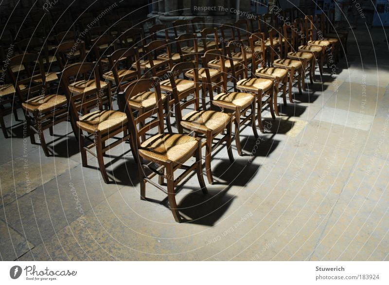 Stühle Farbfoto Innenaufnahme Menschenleer Tag Licht Schatten Kontrast Silhouette Sonnenlicht Weitwinkel Sommerurlaub Kirche ästhetisch authentisch Stimmung