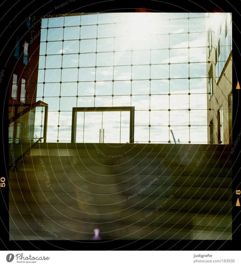 Hamburg Himmel Schönes Wetter Menschenleer Haus Bauwerk Gebäude Architektur Treppe Fassade Fenster Tür dunkel hell Design Raster Geometrie Aussicht Farbfoto
