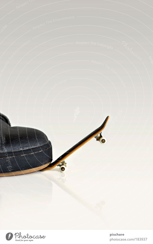 auf großem fuß Skateboarding Koloss pischare Fuß Schuhe klein studiofotografie Freisteller Hintergrund neutral Textfreiraum oben Funsport fingerboard Größenwahn