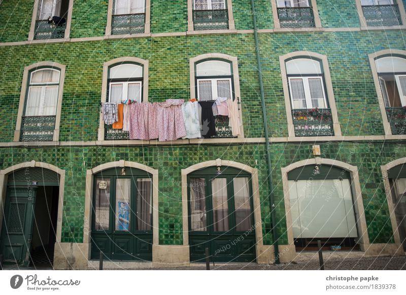 wäsche vor grün Ferien & Urlaub & Reisen Städtereise Sommer Sommerurlaub Wohnung Lissabon Portugal Stadt Hauptstadt Stadtzentrum Altstadt Fassade historisch