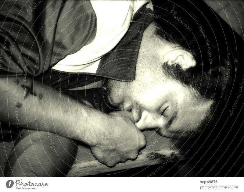 Daumenlutscher Obdachlose Parkbank lutschen schlafen Mann