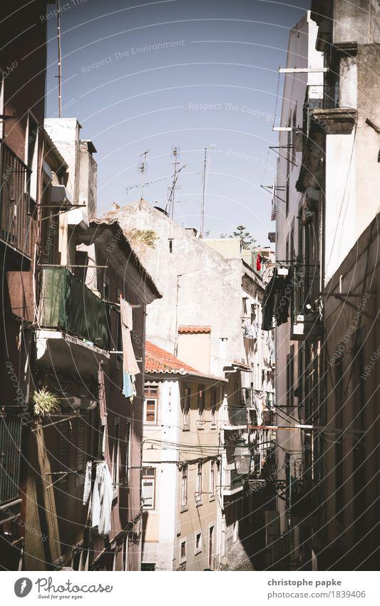 In den Gassen von Lissabon Ferien & Urlaub & Reisen alt Sommer Stadt Wand Mauer Tourismus Fassade Schönes Wetter historisch Bauwerk Hauptstadt Sommerurlaub