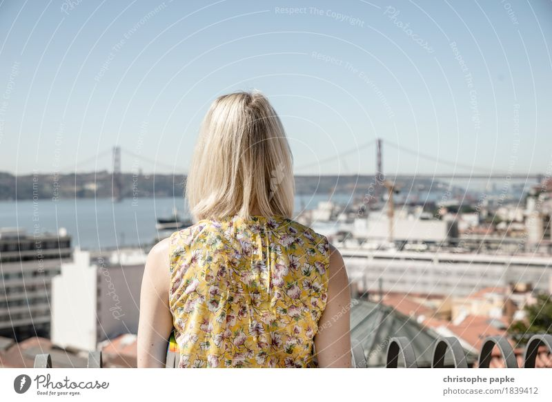 Welcome to Lisboa Mensch Frau Ferien & Urlaub & Reisen Stadt Sommer Sonne Erholung Ferne Erwachsene feminin Freiheit Kopf Haare & Frisuren Tourismus Ausflug