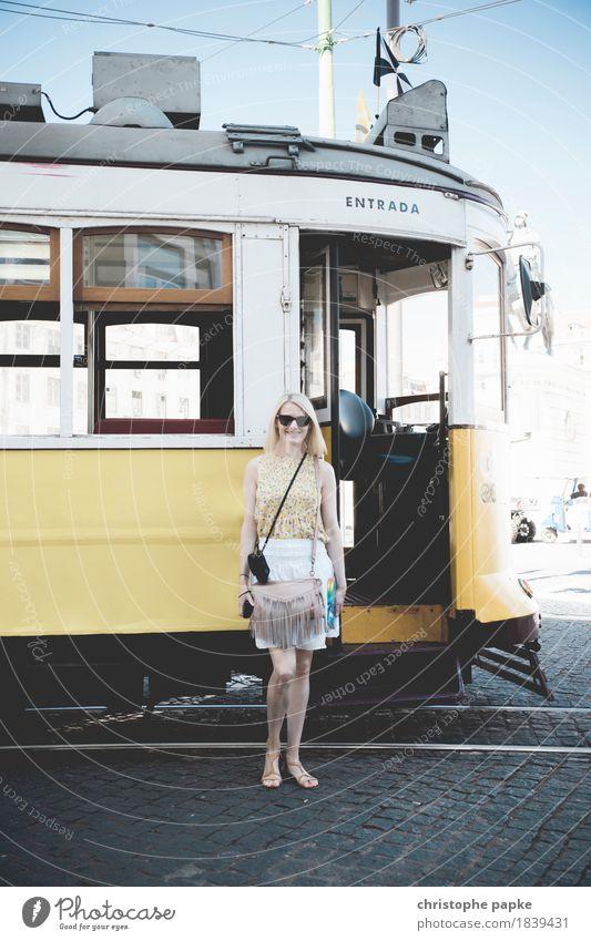 Entrada Mensch Ferien & Urlaub & Reisen Jugendliche alt Sommer Stadt Junge Frau Erwachsene Straße feminin Tourismus blond stehen Schönes Wetter historisch