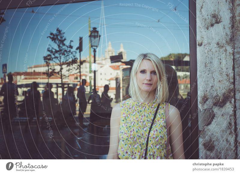 Den Alltag hinter sich lassen Mensch Frau Ferien & Urlaub & Reisen Jugendliche Sommer Stadt schön Junge Frau Fenster Erwachsene feminin Menschengruppe Tourismus