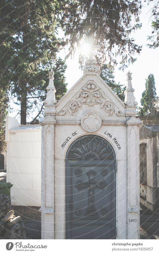 Zum Licht Lissabon Stadt Hauptstadt Stadtzentrum Bauwerk Gebäude alt hell historisch schön Tod Grab Grabmal Friedhof Farbfoto Außenaufnahme Menschenleer Tag