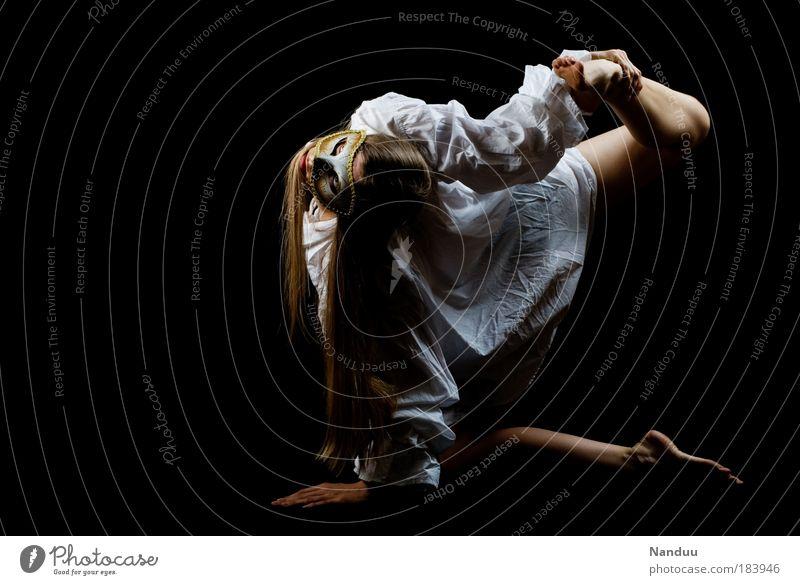 Théatre des Vampires Frau Mensch Tänzer Jugendliche Erwachsene feminin dunkel Studioaufnahme blond Perspektive Maske Bekleidung dünn gruselig Hemd Theaterschauspiel