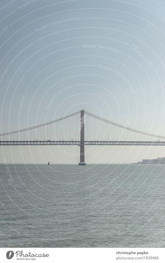 gute Verbindung Wolkenloser Himmel Schönes Wetter Wellen Küste Flussufer Bucht Meer Portugal Lissabon Stadt Sehenswürdigkeit Wahrzeichen Verkehr Brücke